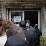 Před českým velvyslanectvím v Bruselu čeká fronta na otevření volební místnosti pro druhé kolo prezidentských voleb.