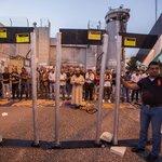 Muslimové protestují u detektorů kovů
