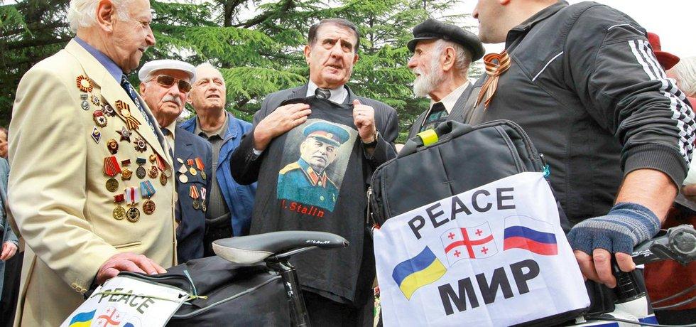 Nostalgie. Na májové oslavy 70. výročí vítězství nad fašismem si hlavní protagonista skupiny oblékl tričko s portrétem svého idolu – Josifa Vissarionoviče Stalina.