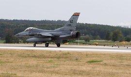 Funkčnost záchranného lana vyzkoušela stíhačka F-16