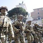 10. Itálie (660 milionů dolarů). Italský export zbraní je v posledních letech na vzestupu. Největším klientem jsou SAE, kam za posledních pět let zamířilo 12 procent italského vývozu. Koalice vedená Saúdskou Arábií loni využila italské bomby na bombardování civilistů v Jemenu. Největší italská zbrojovka Leonardo loni zvýšila tržby na 13,1 miliardy dolarů.