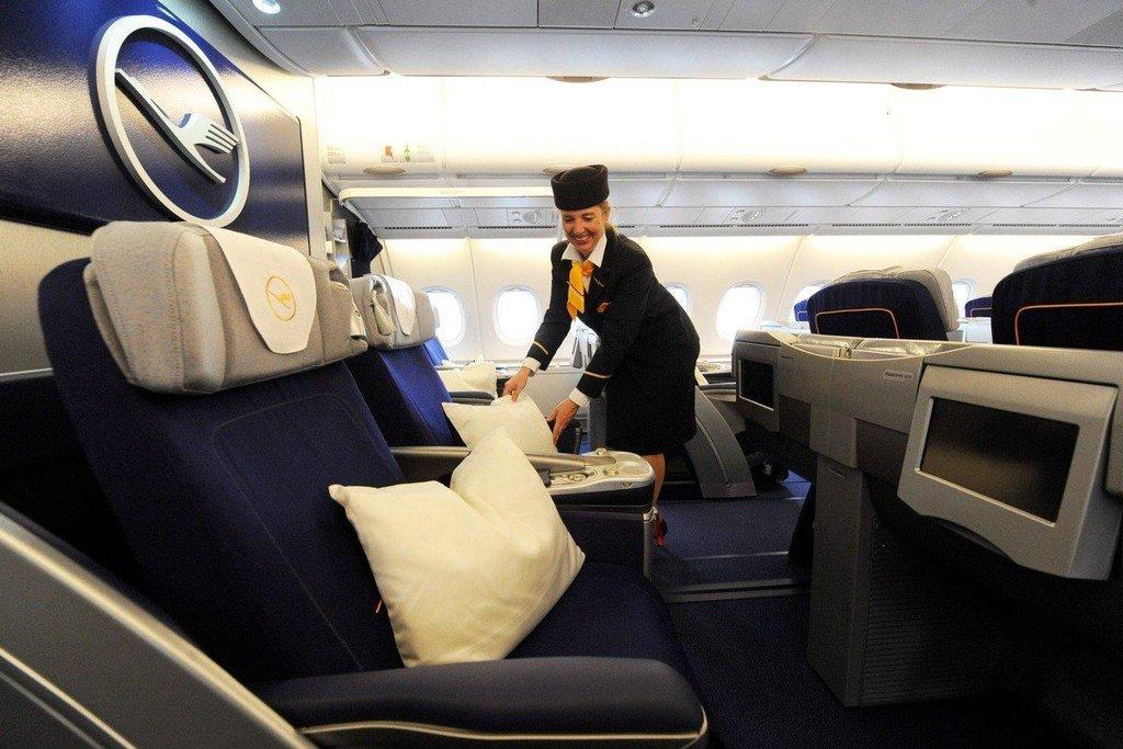 3. Lufthansa. Lufthansa je zatím posledním přírůstkem do skupiny aerolinek, které dostaly od Skytraxu pětihvězdičkový rating. Ze všech evropských aerolinek nabízí nejlepší služby pro cestující v první třídě.
