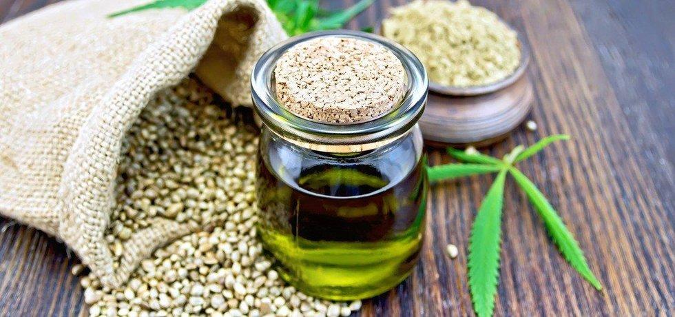 Semena konopí a z nich vyrobený olej.