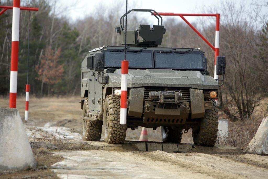 Mezi tyčemi. Místy, kde se zkouší zručnost a odhad řidičů, právě projíždí vozidlo Sherpa vyrobené automobilkou Renault Trucks Defence.