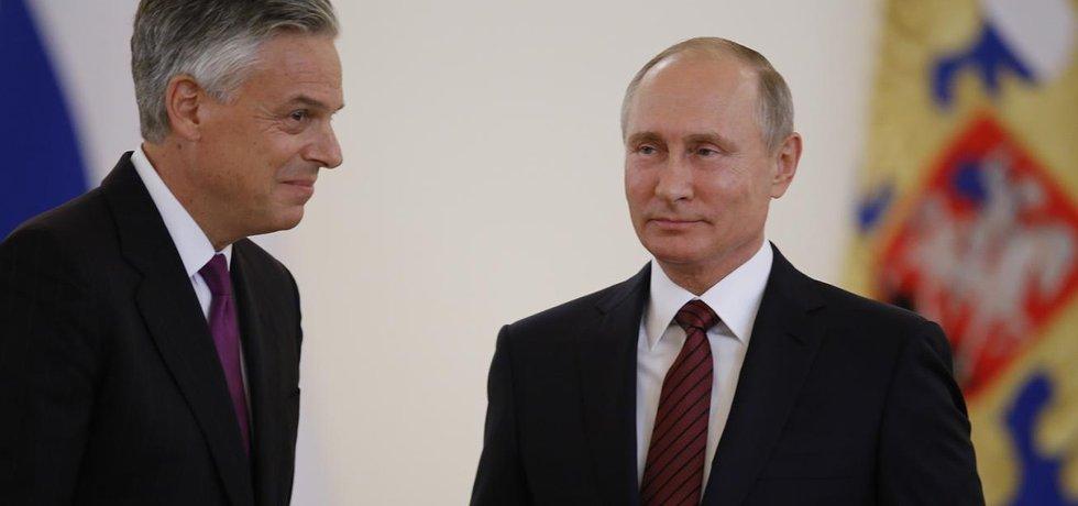 Americký velvyslanec v Rusku Jon Huntsman a ruský prezident Vladimir Putin