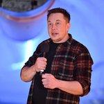 """Elon Musk (Tesla) – Muskův plat v automobilce Tesla činí 37 tisíc dolarů, aby dodržoval kalifornské zákony ohledně minimální mzdy. Zakladatel Tesly si jej ale nenechává proplácet. """"Akumuluje se někde na účtech Tesly,"""" řekl Musk, který vydělává podle toho, jak se daří firmě."""