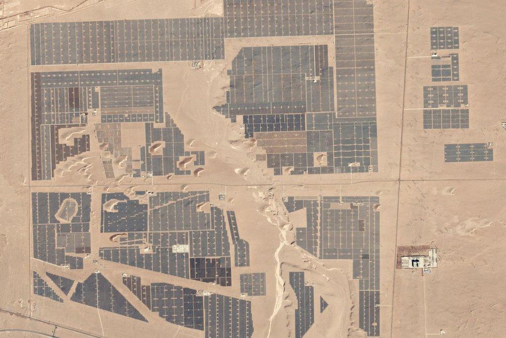Výstavba solární parku v Číně. 30. leden 2017