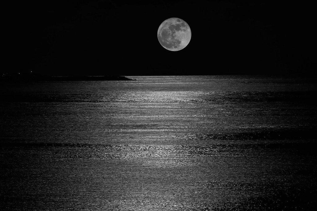 Měsíc nad mořem poblíž letoviska Cancún, Mexiko