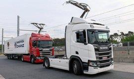 Na německé dálnici se nákladní auta dobíjejí za jízdy