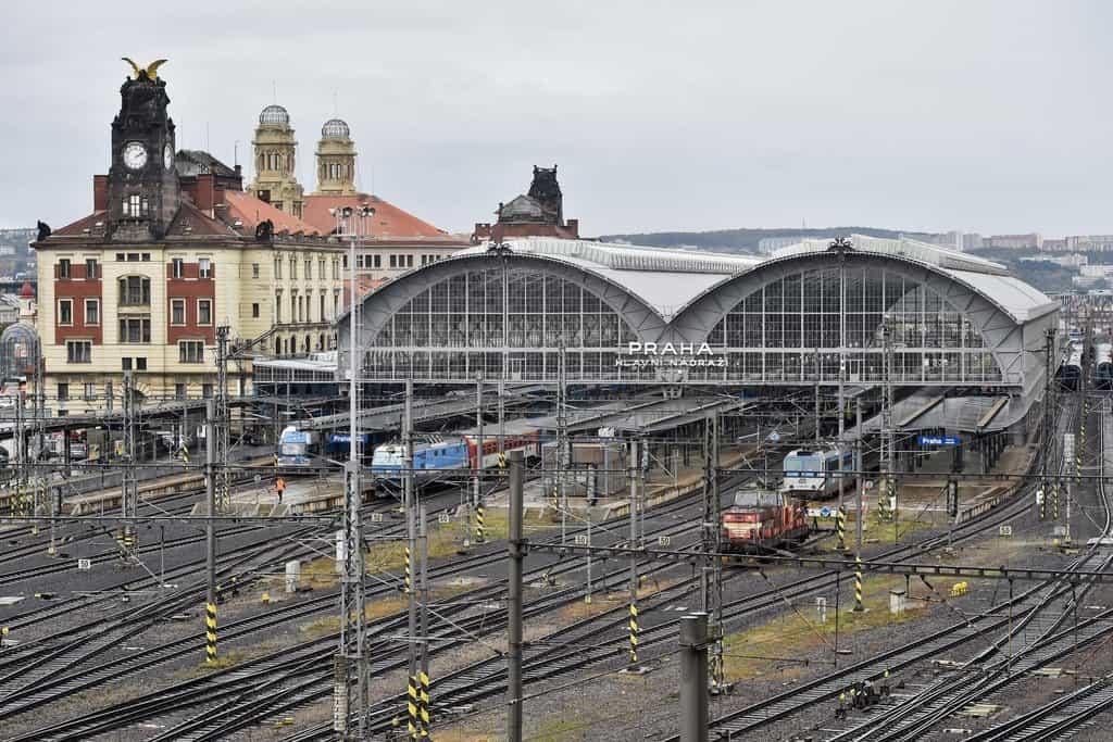 Účet za rekonstrukci zastřešení příjezdové haly pražského hlavního nádraží se kvůli zkorodovaným nosným obloukům zvýšil o 127 milionů korun