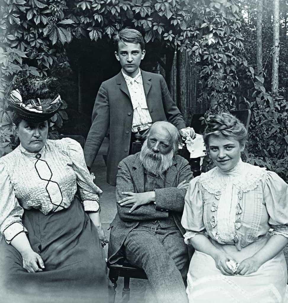 Tři oběti. Španělská chřipka těžce postihla rodinu básníka Jaroslava Vrchlického (1853 až 1912). Zemřel jeho nevlastní syn Jaroslav Frida (chlapec stojící za Vrchlickým} se svojí ženou a Vrchlického mladší bratr Bedřich Frida