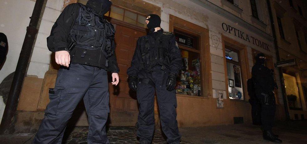 Policisté přivezli 13. října večer do Olomouce bývalého ministra vnitra Ivana Langera zadrženého v souvislosti se v údajné korupční kauze. Langer vešel v doprovodu detektivů do svého domu v centru města (na snímku)