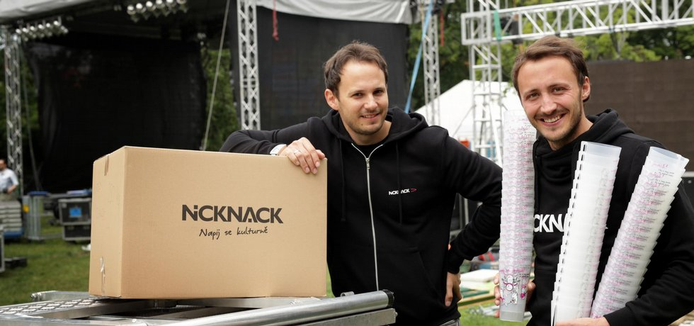 Pozvedli plast. Bratři Michal (vlevo) a Martin Hanákovi povýšili plastové číše na festivalový suvenýr.