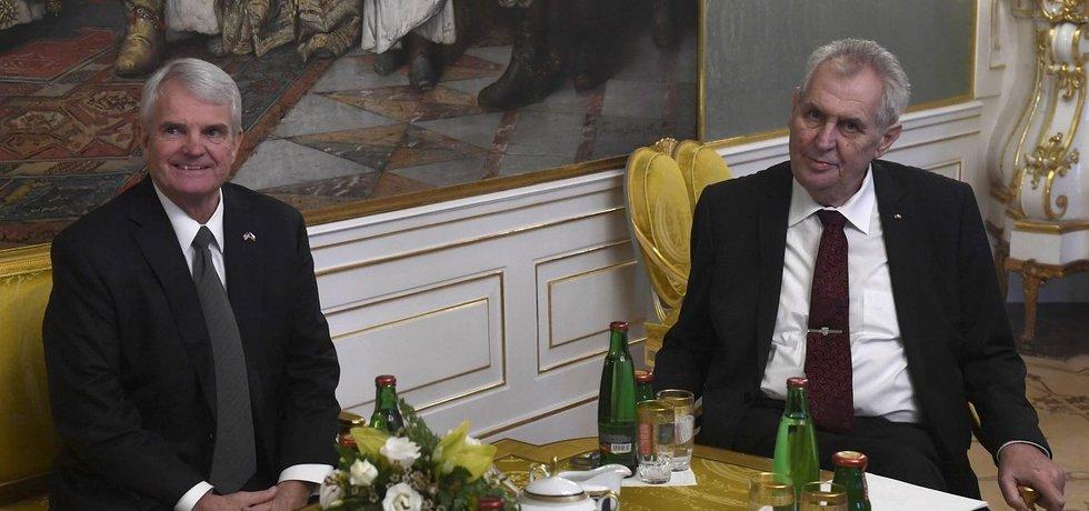 Americký velvyslanec v Česku Stephen King a český prezident Miloš Zeman