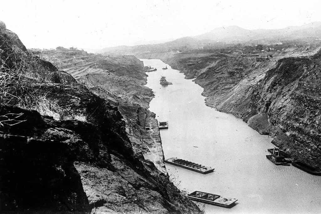 Voda do kanálu proudí z uměle vytvořeného jezera Gatun s rozlohou 470 kilometrů čtverečních. Jezero také zásobuje vodou metropoli Panama City