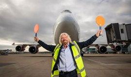 Richard Branson pózuje před letadlem Virgin Atlantic Boeing 747, které využilo etanol vyrobený z CO2.