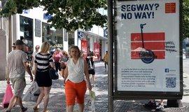 Praze poměrně dlouho chyběly cedule oznamující zákaz. Jezdce na segwayích proto informovala komerční reklamou.