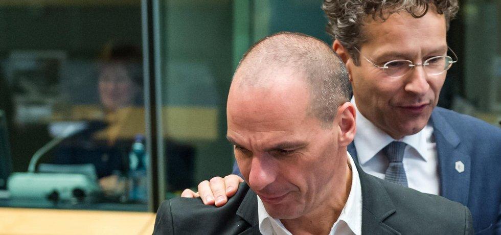 Vpředu řecký ministr financí Janis Varufakis, za ním šéf euroskupiny Jeroen Dijsselbloem z Nizozemska