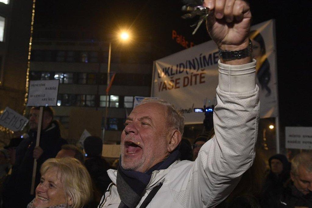 Na Václavském náměstí demonstrovaly tisíce lidí proti Babišovi. Vyzývaly ho k demisi