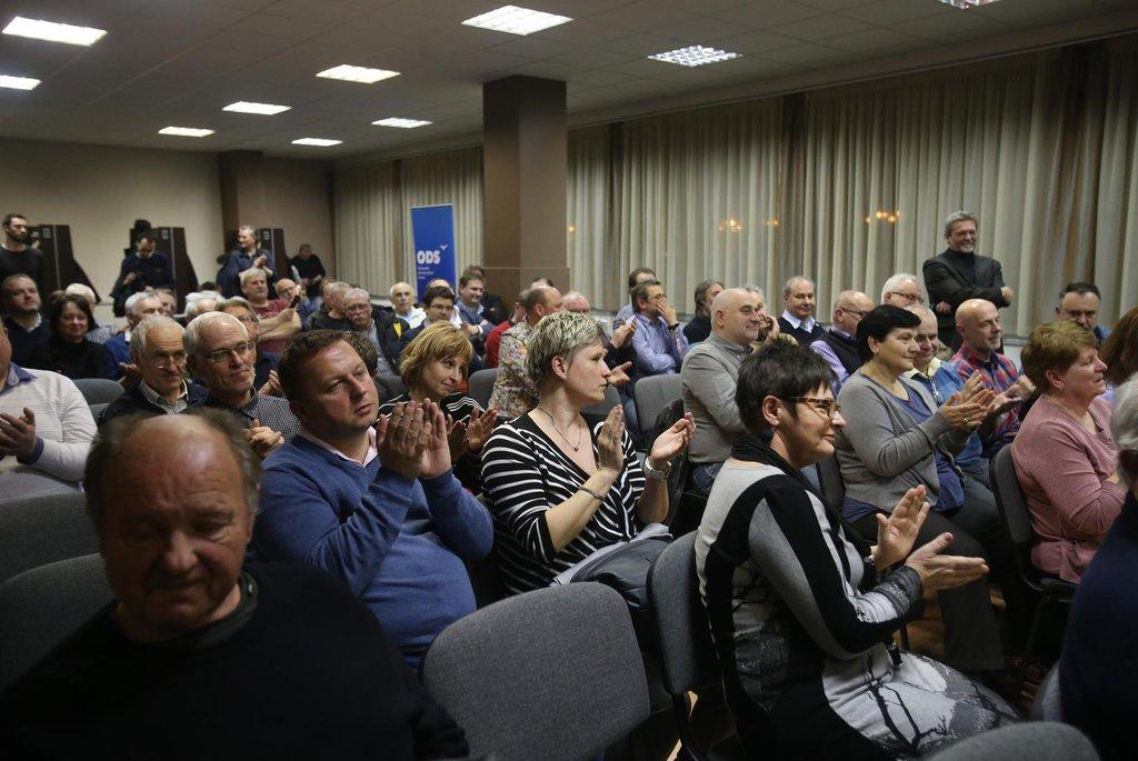 Lidé v sále tleskají šéfovi Fialovi, nenechte se ale mýlit. Mnozí jsou členové ODS, takže to mají v popisu práce
