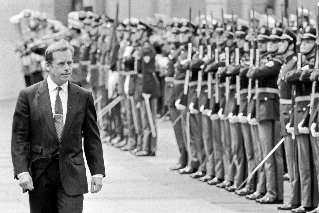 1990. Problémy  sametové ikony. Václav Havel je sice čerstvě zvolenou hlavou státu, pro politickou reprezentaci země ale přestává být bezvýhradnou autoritou. Právě on, jednoznačný zastánce společného federativního státu Čechů a Slováků, předložil zákonodárcům na prvním zasedání Federálního shromáždění 23. ledna 1990 návrh na změnu státních symbolů, jména armády a názvu státu. Československou socialistickou republiku chtěl přejmenovat na Československo. Poslanci však návrh odmítli schválit bezprostředně a podrobili ho běžné legislativní proceduře. Ke schvalování se tak poslanci dostali až v březnu 1990. Výsledkem prvního poločasu politického zápasu byly dvě varianty. Česká verze: Československá federativní republika. Slovenská podoba: Česko– slovenská federatívna republika. Konečným názvem státu se sice nakonec stal kompromis znějící Česká a Slovenská Federativní Republika, odstředivé tendence obou národů se už ale nepodařilo zastavit. Rozpad země na dva státy byl završen o dva roky později.
