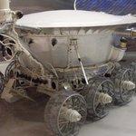 Maketa Lunochodu 1. První vozítko na Měsíci sovětské výroby.  Lunochod 1 (dopraven sondou Luna 17) pracoval od roku 1970. Do 14. září 1971 vozidlo urazilo vzdálenost 10 540 metrů a předalo 20 000 snímků a 25 chemických rozborů.