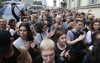 Režiséra Srebrennikova před soudem podpořily stovky lidí