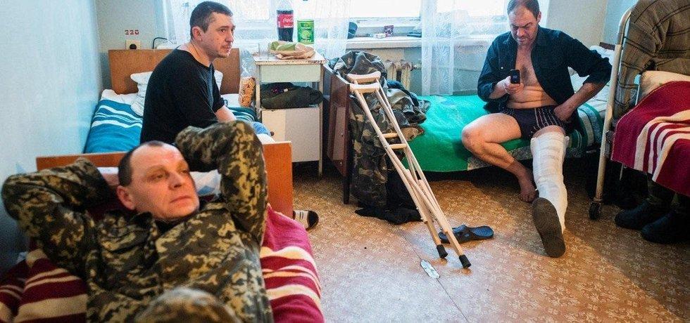 Ukrajinští vojáci musí často spoléhat na pomoc civilistů.