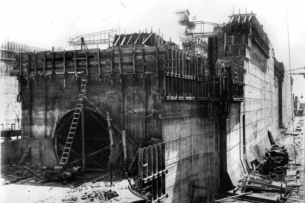 Kanál začali budovat nejprve Francouzi. Jejich projekt v roce 1889 zkrachoval v důsledku vysoké náročnosti, složitému terénu i velkému počtu obětí z řad dělníků