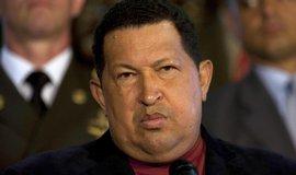 """Chávez, který se rád propaguje jako """"lidový vůdce"""" se silným charismatem a s chutí jadrnými výroky napadá Spojené státy, se v roce 2002 stal terčem pokusu o státní převrat. Oslabila ho také rakovina, která si vyžádala tři operace a následnou 15 měsíců trvající léčbu, kvůli níž létal na Kubu.  (Fot ČTK)"""