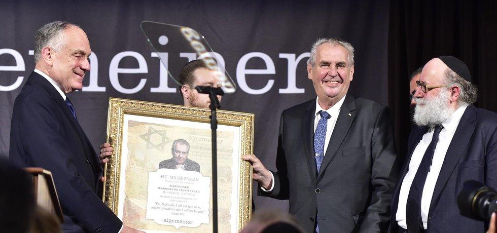 Miloš Zeman převzal 1 ocenění za dlouhodobou podporu Izraele a Židů od Americké židovské organizace Gershon Jacobson Jewish Continuity Foundation (GJCF).