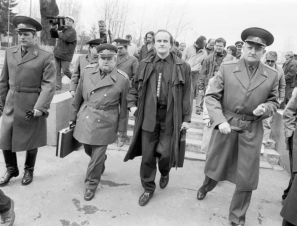 """1991. Běž domů, Ivane. Třiadvacet let trvající """"dočasný"""" pobyt sovětské armády v Československu skončil 21. června toho roku, kdy území federace opustil poslední železniční transport s vojáky a technikou. Zpočátku bylo v zemi na 150 tisíc příslušníků intervenčních sil. I s rodinami byli rozmístěni ve více než třiceti lokalitách po celé republice. Ústředním byl prostor Milovice-Mladá, odkud byl pro potřeby vojáků denně vypravován vlak do Moskvy. Po listopadu 1989 vedl rozhovory o postupném stahování vojsk federální ministr zahraničí Jiří Dienstbier. Nakonec bylo dohodnuto, že bojové jednotky odejdou do 30. června 1990 a podpůrné do poloviny dalšího roku. Na odsun dohlížela poslanecká komise v čele s Michaelem Kocábem. Pobyt sovětských vojáků si vyžádal 290 mrtvých a 580 těžce zraněných Čechoslováků, stovky byly zraněny lehce. Škody hlavně na životním prostředí dosáhly šesti miliard korun. Demolice posledních hangárů a zchátralých bytovek má v Milovicích skončit příští rok."""