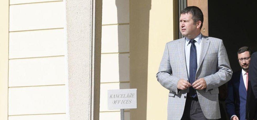 Předseda ČSSD Jan Hamáček odchází  po setkání s prezidentem Milošem Zemanem