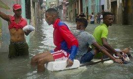 Obyvatelé Havany proplouvají ulicemi na kusu polystyrenu