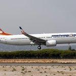 Boeing 737 SmartWings přistává na letišti na Faru