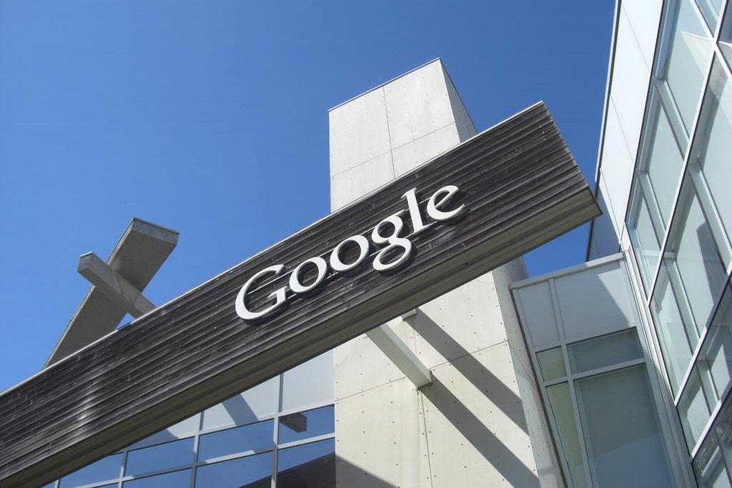 2. Google – 101,8 miliardy dolarů. Značka Google vykazuje jedno z nejrychlejších temp růstu. Posun o 23 procent překonaly v žebříčku jen tři další značky. Forbes kromě toho zařazuje Google i na druhé místo mezi nejlepšími americkými zaměstnavateli.