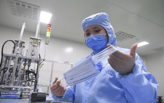 Výroba roušek v Číně, ilustrační foto