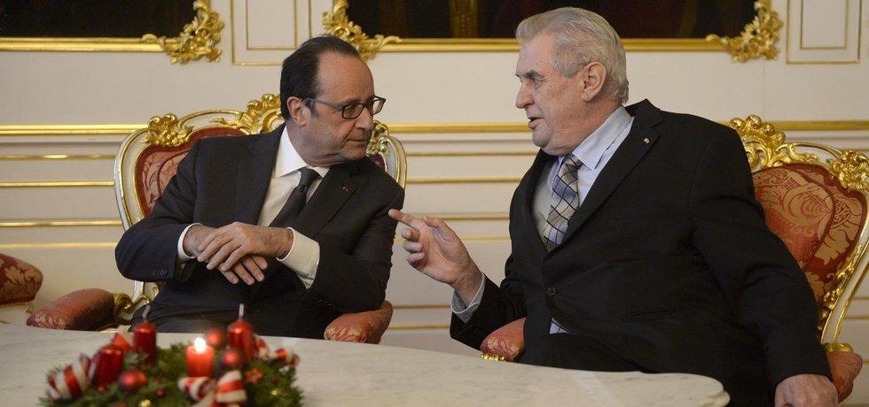 François Hollande a Miloš Zeman během setkání na Pražském hradě