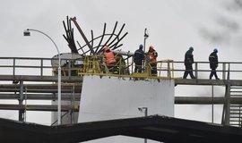 Hasiči a záchranáři zasahují po výbuchu v areálu chemičky v Kralupech nad Vltavou