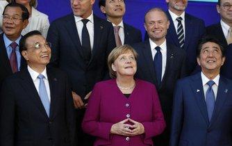 Čínský premiér Li Kche-Čchaiang, německá kancléřka Angela Merkelová a japonský premiér Šinzó Abé