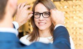 Řada lidí o nárok přišla, některým ale zůstal. Jak je to s příspěvkem na brýle a čočky?
