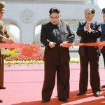 Není nad obřady a pózovat pro média se musí. Kim přestřihává pásku při slavnostním otevření nové rezidenční čtvrti v Pchjongjangu