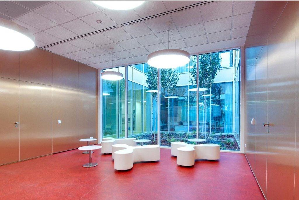 Vývojové centrum LIKO-NOE získává teplo z půdy a pracuje s recyklovanou vodou. V kancelářských prostorách je využit stylový krb, který modernímu prostředí dodává pocit pohody.