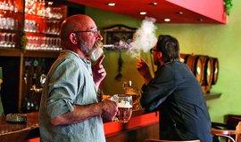 Plošný zákaz kouření v restauracích dál platí