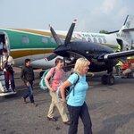 Šťastné přistání. Cestující vystupují z letadla nepálské společnosti Yeti Airlines, která patří mezi nejméně bezpečné na světě.