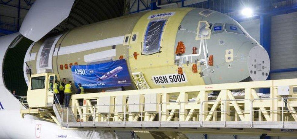 """Vykládka přední části trupu Airbusu A350 XWB z """"Belugy"""""""