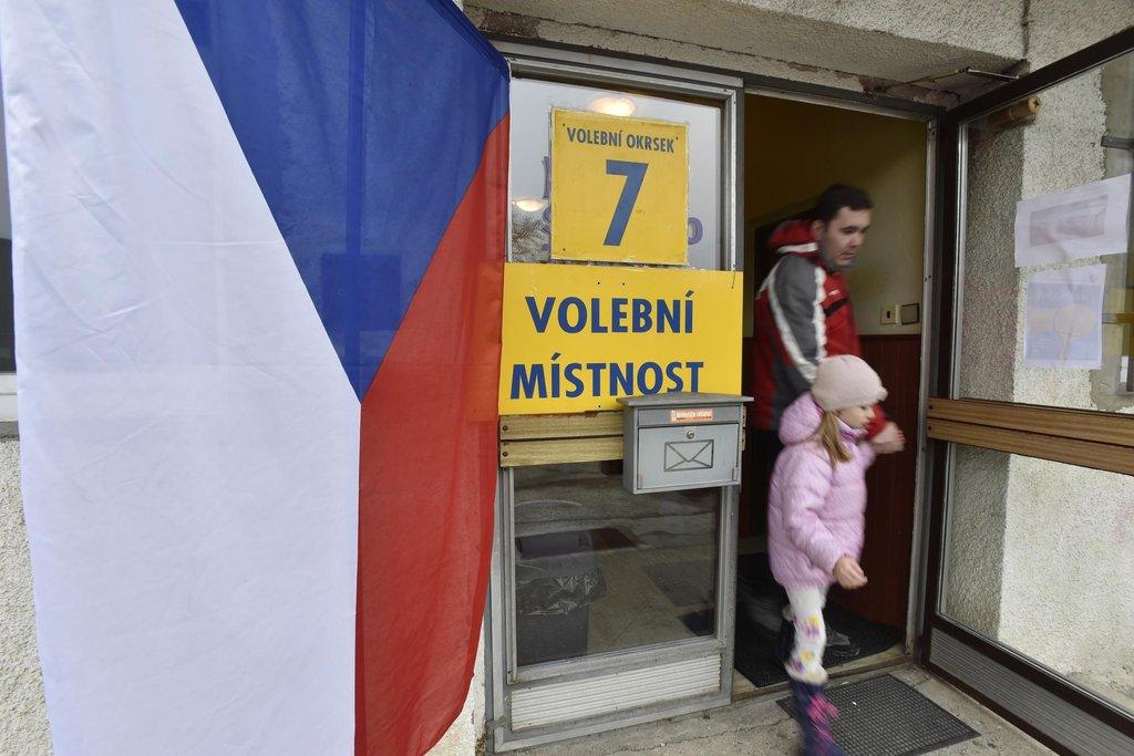 Do volebních místností chodí mladí i staří