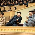 Kim Čong Un se dobře baví i s bývalou hvězdou NBA Dennisem Rodmanem. Rodman vůdce KLDR navštívil několikrát.