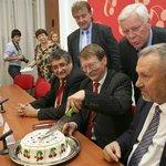 Konec voleb oslavili komunisté dortem, na kterém nechyběly obligátní třešně