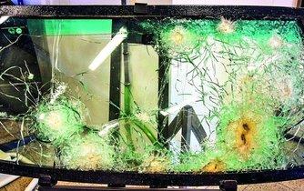 Neprůstřelná skla palbě odolala